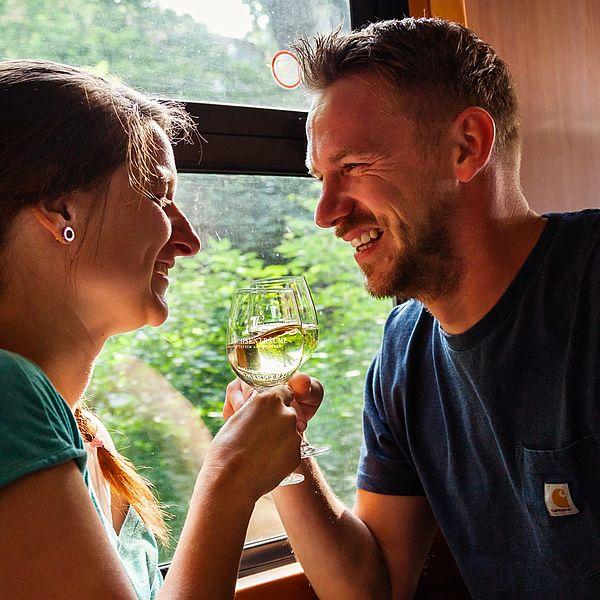 Pärchen trinkt Wein